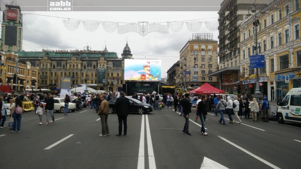 Реклама Люксоптика на відеоекрані Киева