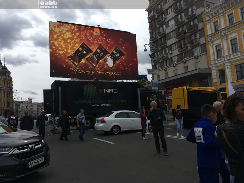 Реклама ТМ Три Ведмеді на відеоекрані на Бессарабській пл. 2