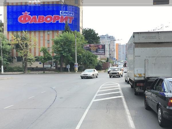 Реклама Фаворит спорт на медіафасаді вул. Пирогівська