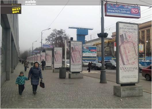 Реклама на сітілайтах возле ТЦ Пассаж