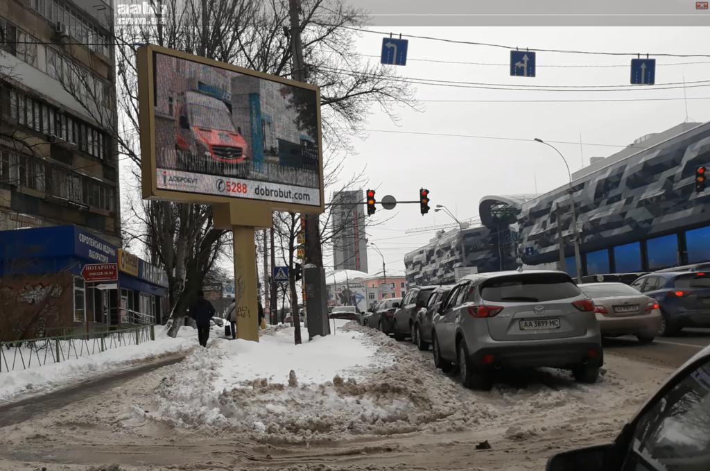 Реклама клиники Добробут на видеоборде возле ТРЦ Ocean Plaza