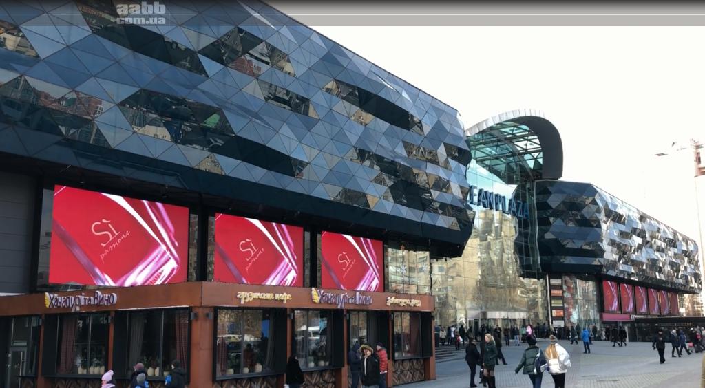Реклама Armani на медиафасаде ТРЦ Ocean Plaza