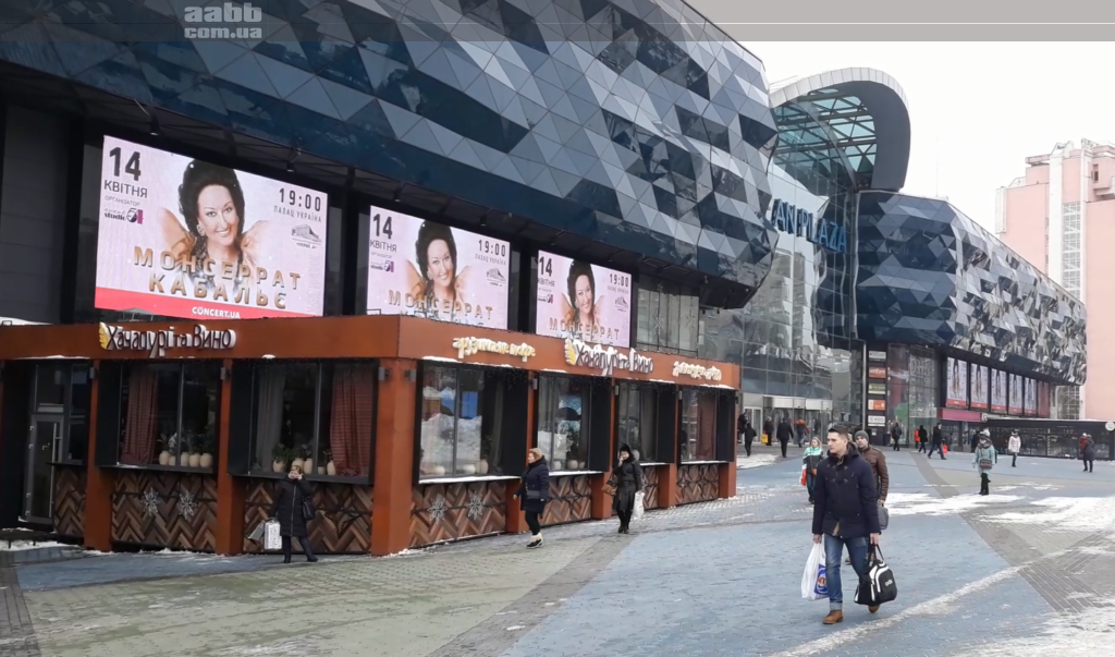 Реклама концерта Монсерат на медиафасаде ТРЦ Ocean Plaza