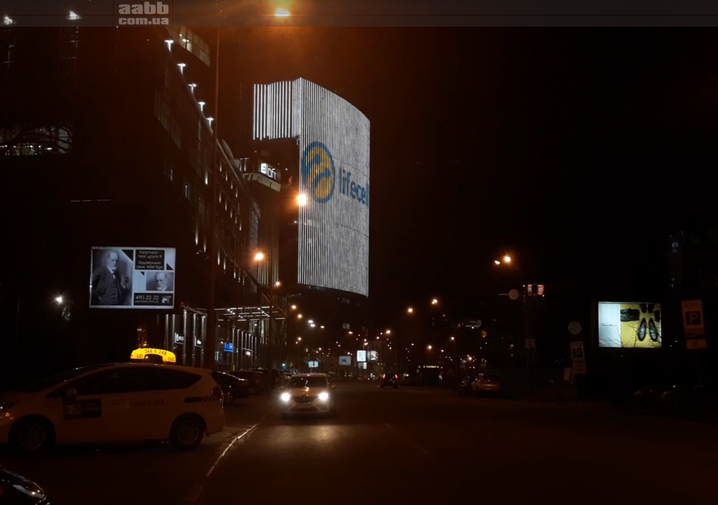 Реклама Lifecell на медиафасаде ТРЦ Gulliver города Киев