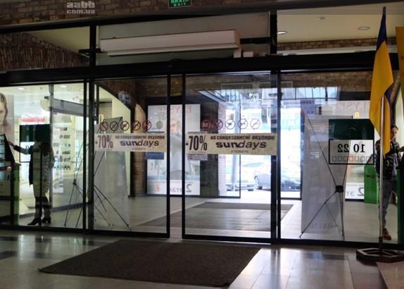 Брендування оракалом двері ТРЦ Grand Plaza Дніпро