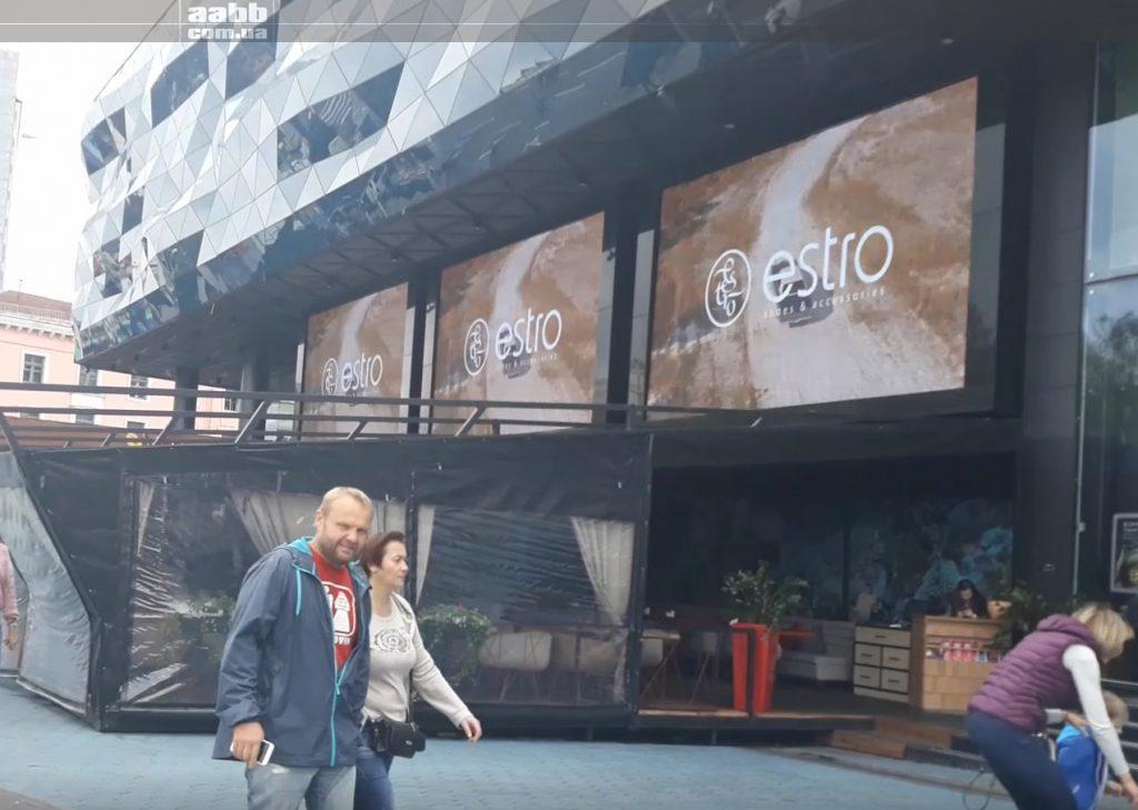 Реклама Estro на медіафасаді ТРЦ Ocean Plaza