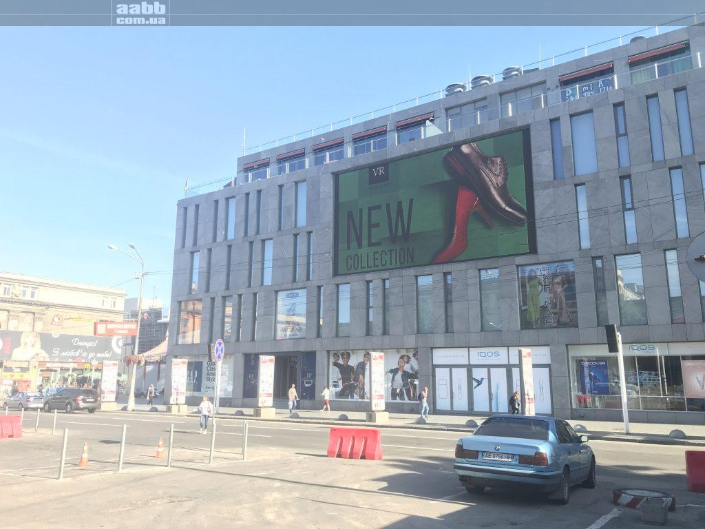 Реклама Vitto Rossi на медіафасаді ТЦ Пасаж.