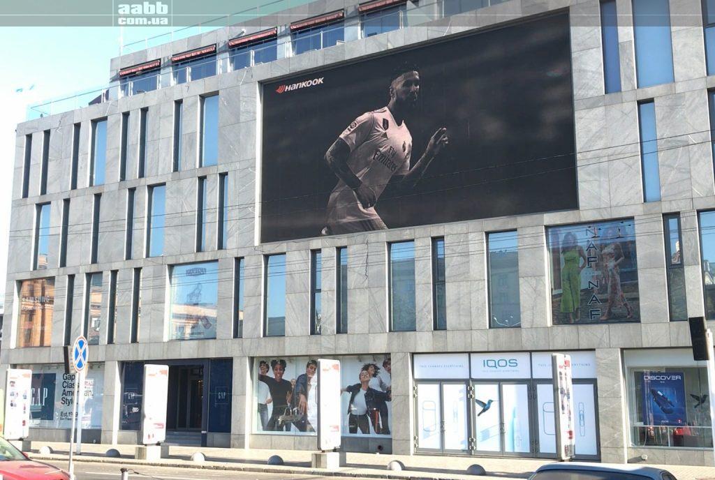 Реклама Hankook на медіафасад ТЦ Пасаж