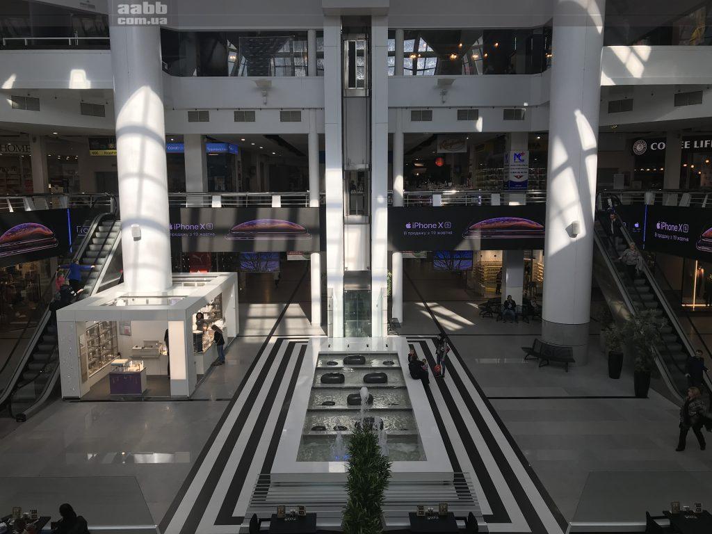 Iphone X реклама на відеоекрані ТРЦ Мост-сіті