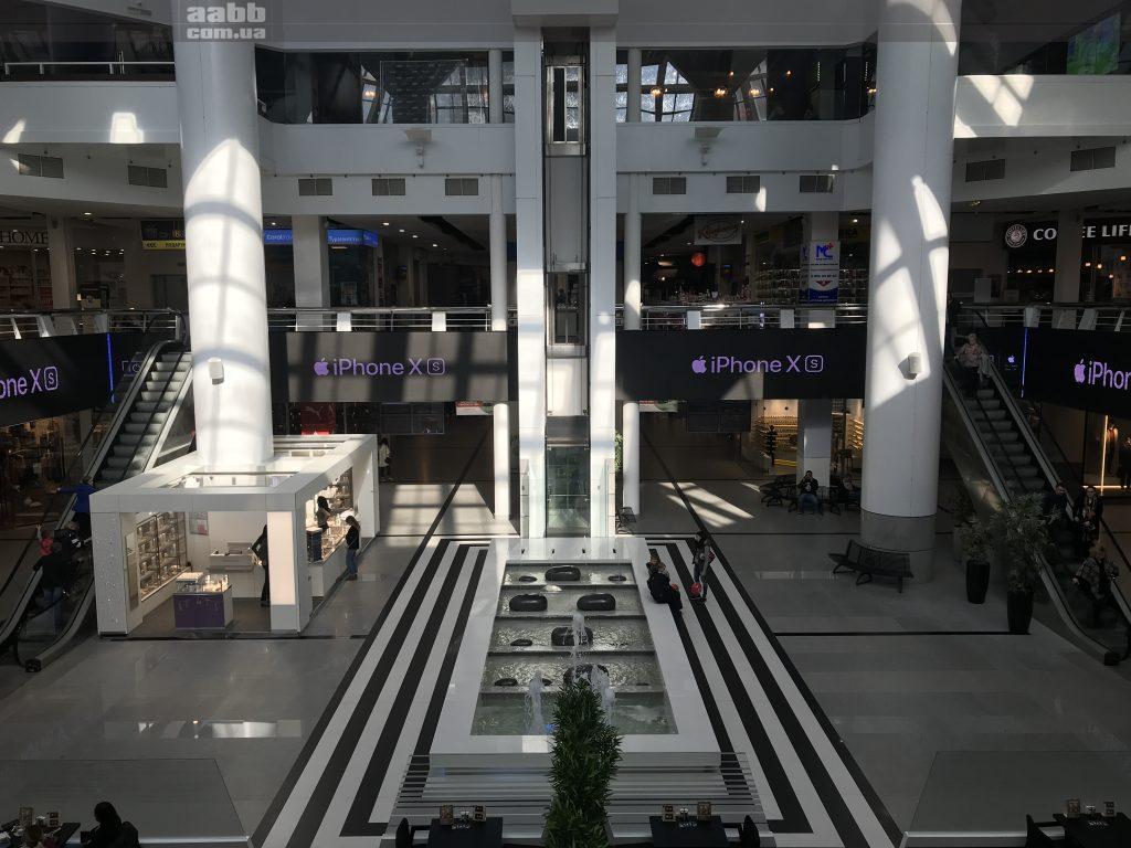 Реклама Iphone X на відеоекрані ТРЦ Мост-сіті