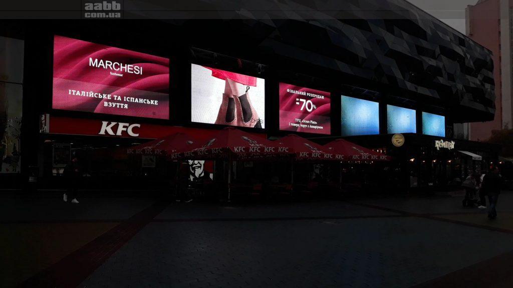 Реклама Marchesi на медіафасаді ТРЦ Ocean Plaza.