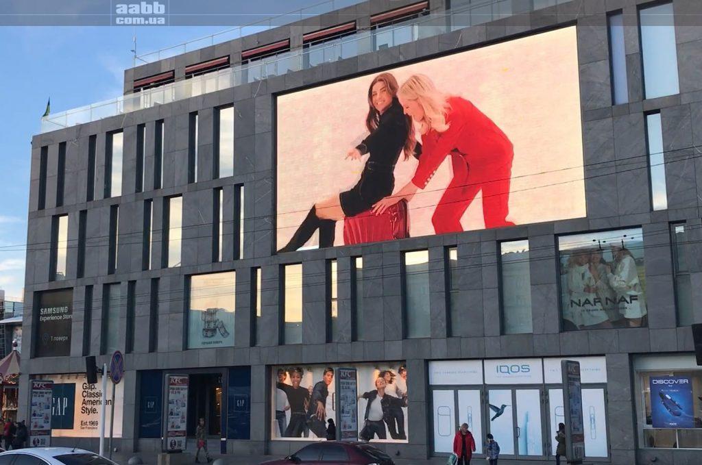 Реклама Samsonite на медіафасаді ТЦ Пасаж