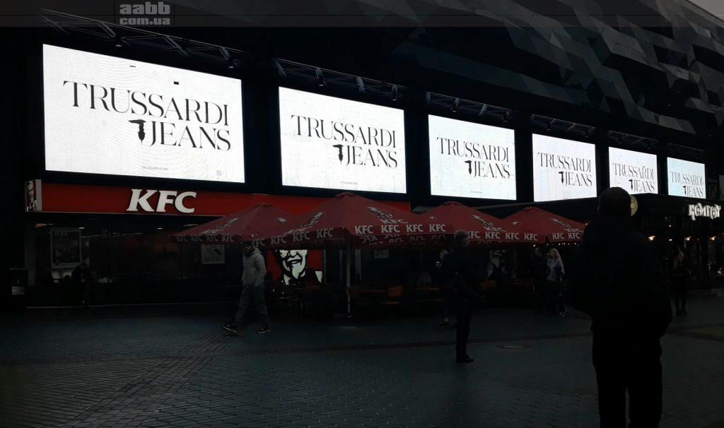 Реклама Trussardi на медіафасаді ТРЦ Ocean Plaza