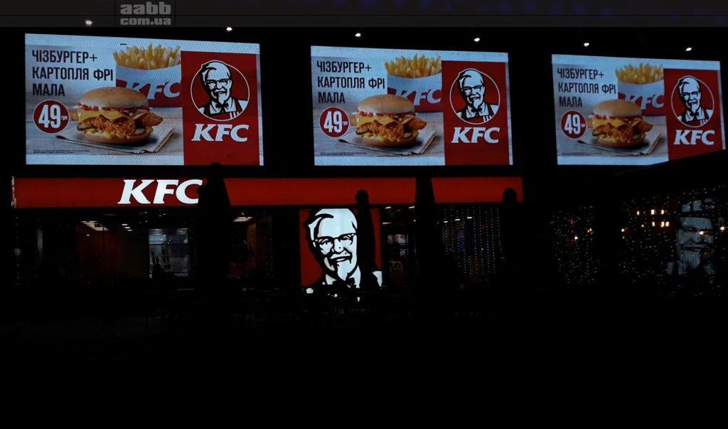 Реклама KFC на медіафасаді ТРЦ Ocean Plaza (січень 2019)
