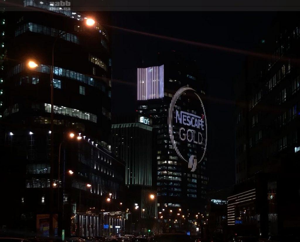 Реклама Nescafe на медіафасаді ТРЦ Гулівер