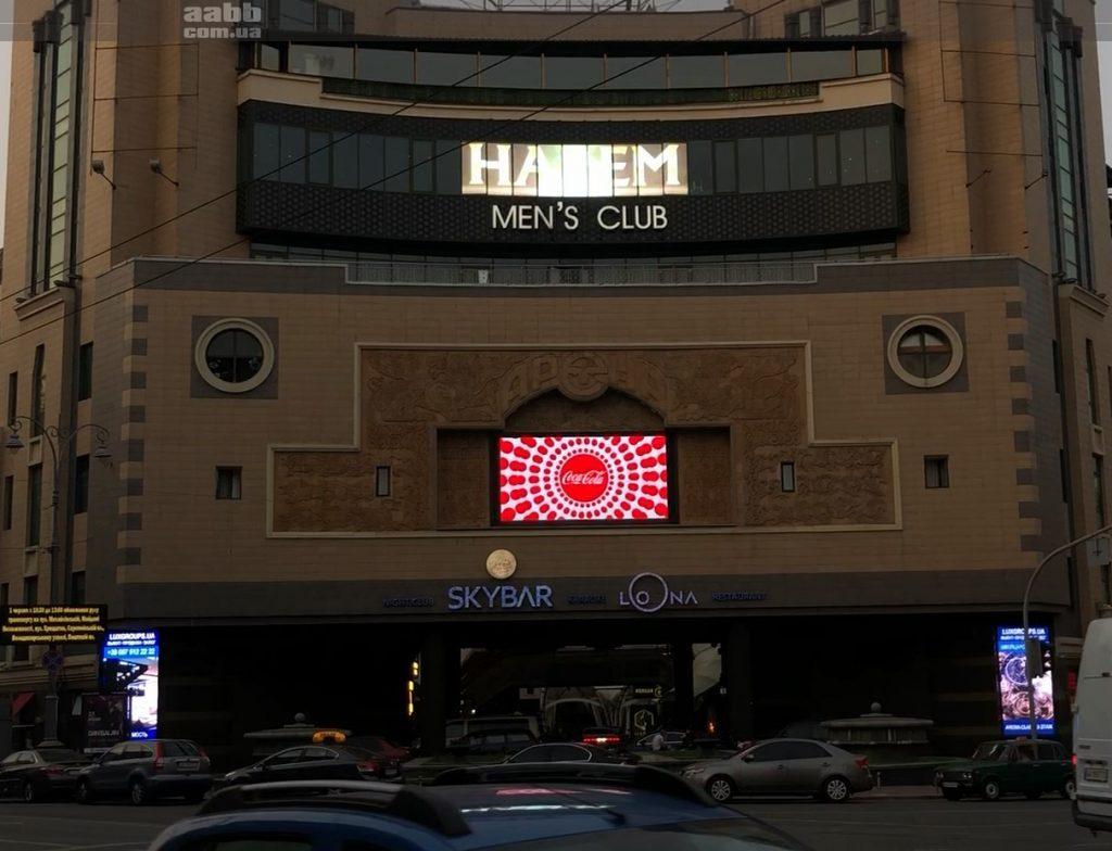 Реклама Coca Cola на відеоекрані ТЦ Arena city