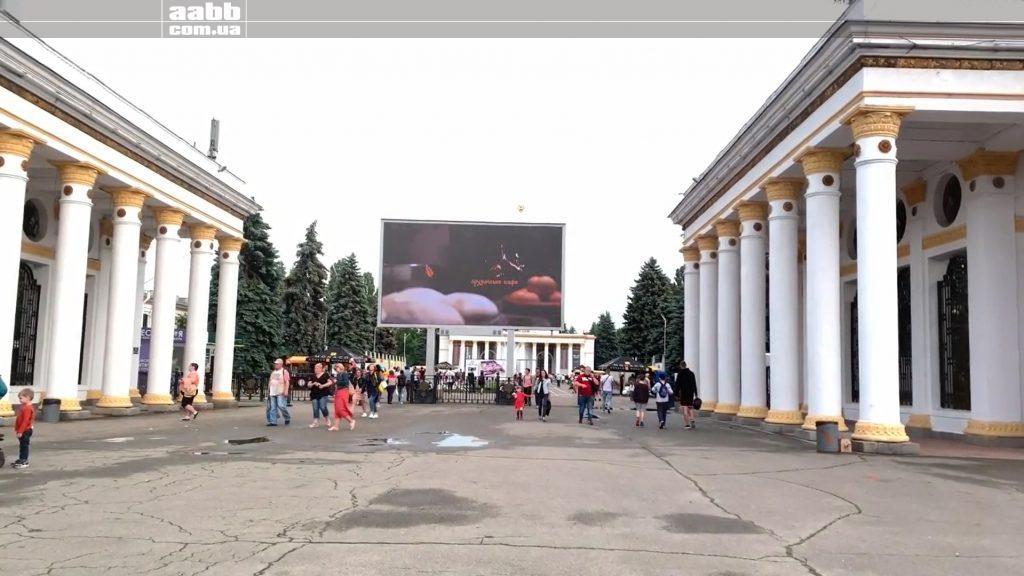"""Реклама """"Хачапурі та вино"""" на відеоборді ВДНГ"""
