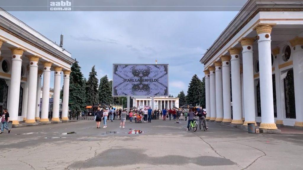 Реклама Carlo Pazolini на відеоборді ВДНГ