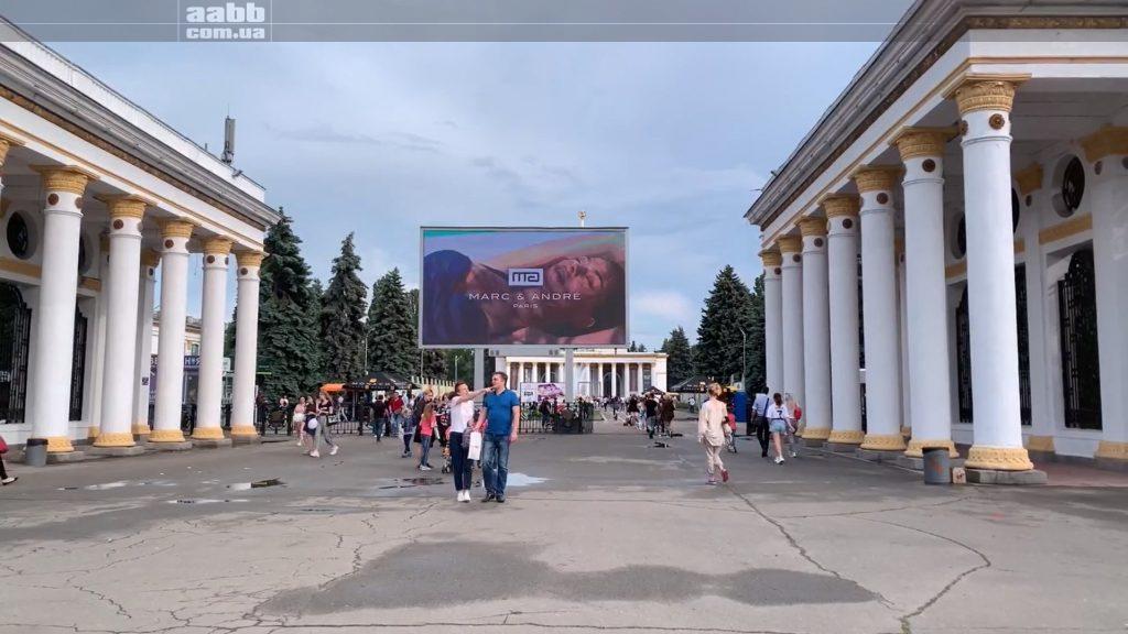 Реклама Mark&Andre на відеоборді ВДНГ