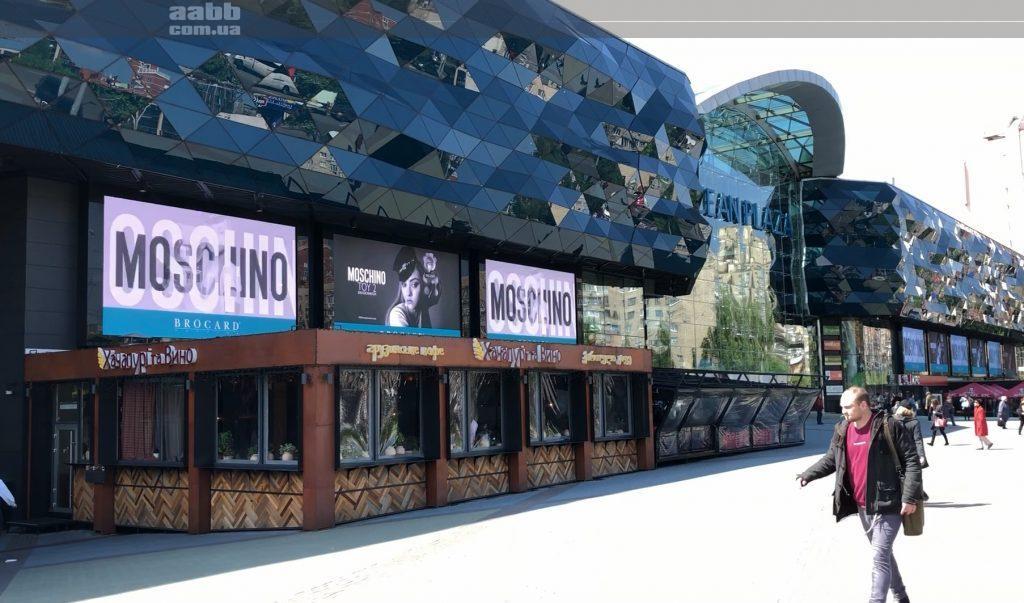 Реклама Brocard Mochino на медіафасаді ТРЦ Ocean Plaza (травень 2019)