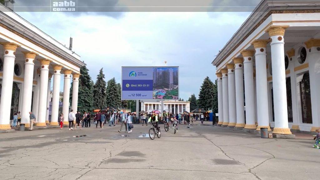 Реклама ЖК Нові Жуляни на відеоборді ВДНГ