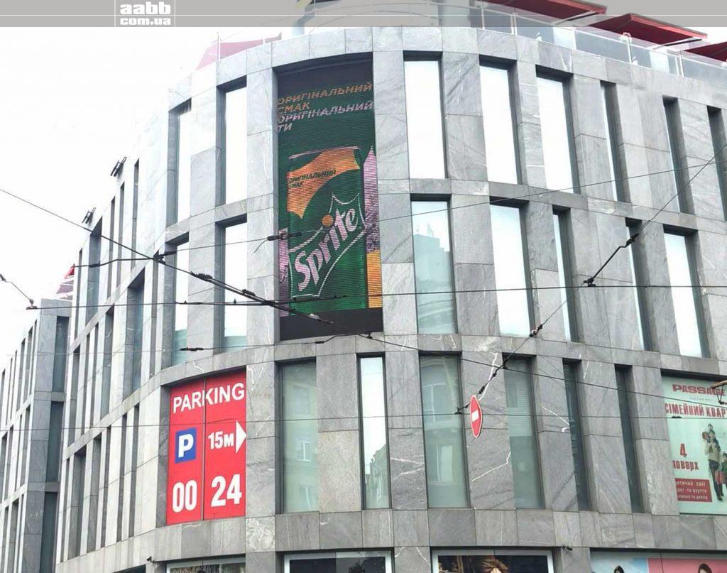 Реклама Sprite на меншому медіафасаді ТЦ Пасаж