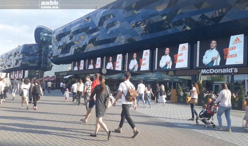 Реклама Adidas на медіафасаді ТРЦ Ocean Plaza