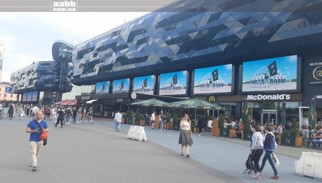 Реклама AX на медіафасаді ТРЦ Ocean Plaza