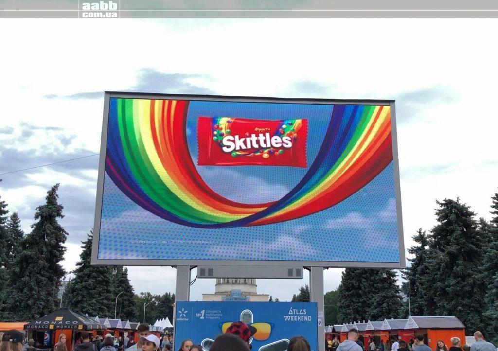 Реклама Skittles на відеоекрані ВДНГ