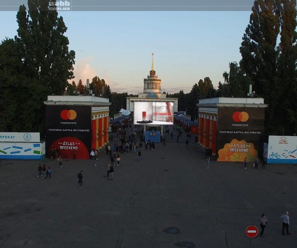 Реклама BraBraBra на відеоекрані ВДНГ