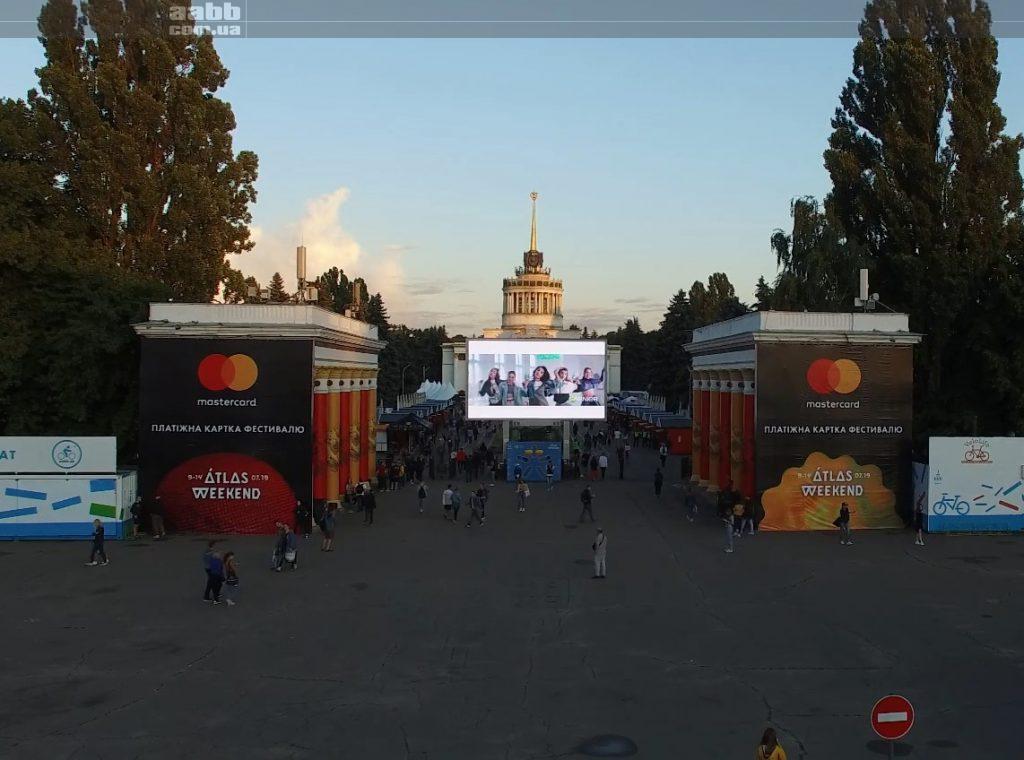 Реклама Garnier на відеоекрані ВДНГ на Atlas Weekend