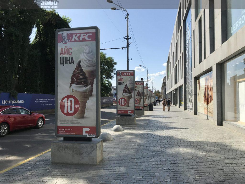 Реклама KFC на сітілайтах сторона А блія ТЦ Пасаж