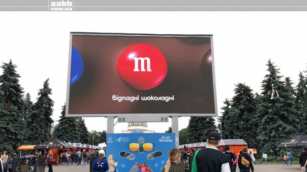 Реклама M&M's на відеоекарні ВДНГ на Atlas Weekend