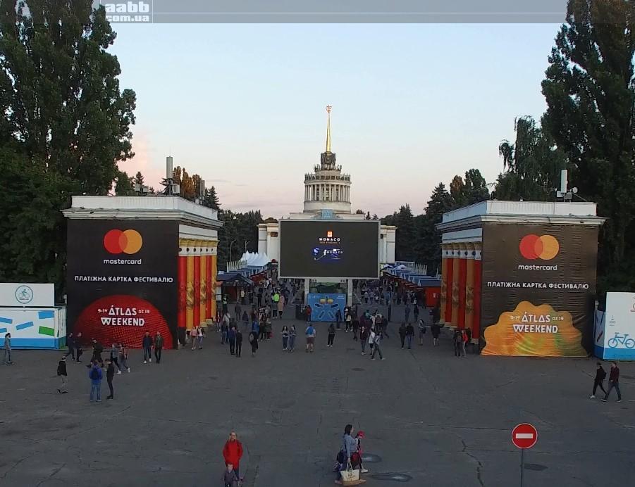 Реклама Monaco на відеоекрані ВДНГ на Atlas Weekend