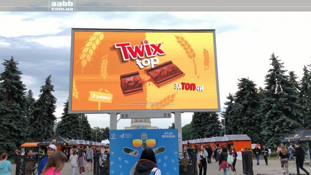 Реклама Twix на відеоекрані ВДНГ на Atlas Weekend
