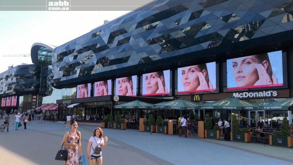 Реклама Clarins на медіафасаді ТРЦ Ocean Plaza