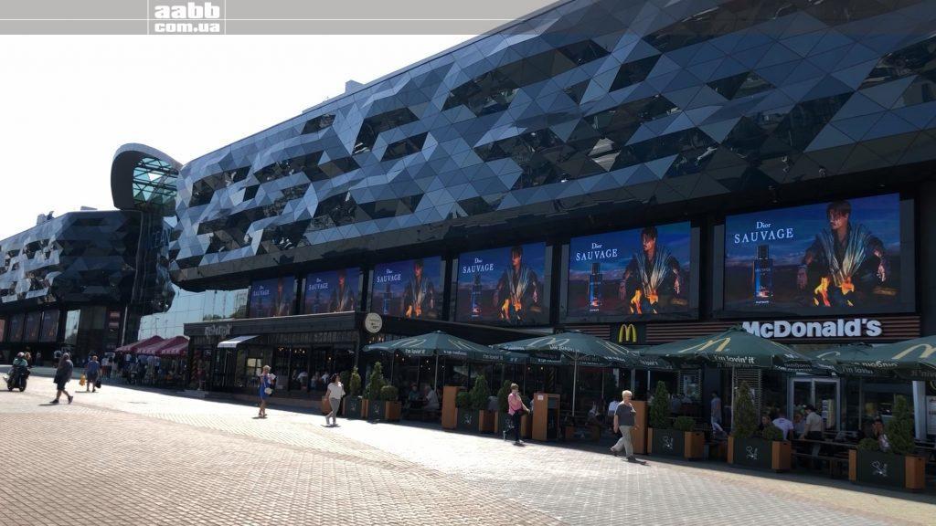 Реклама Dior на медіафасаді ТРЦ Ocean Plaza