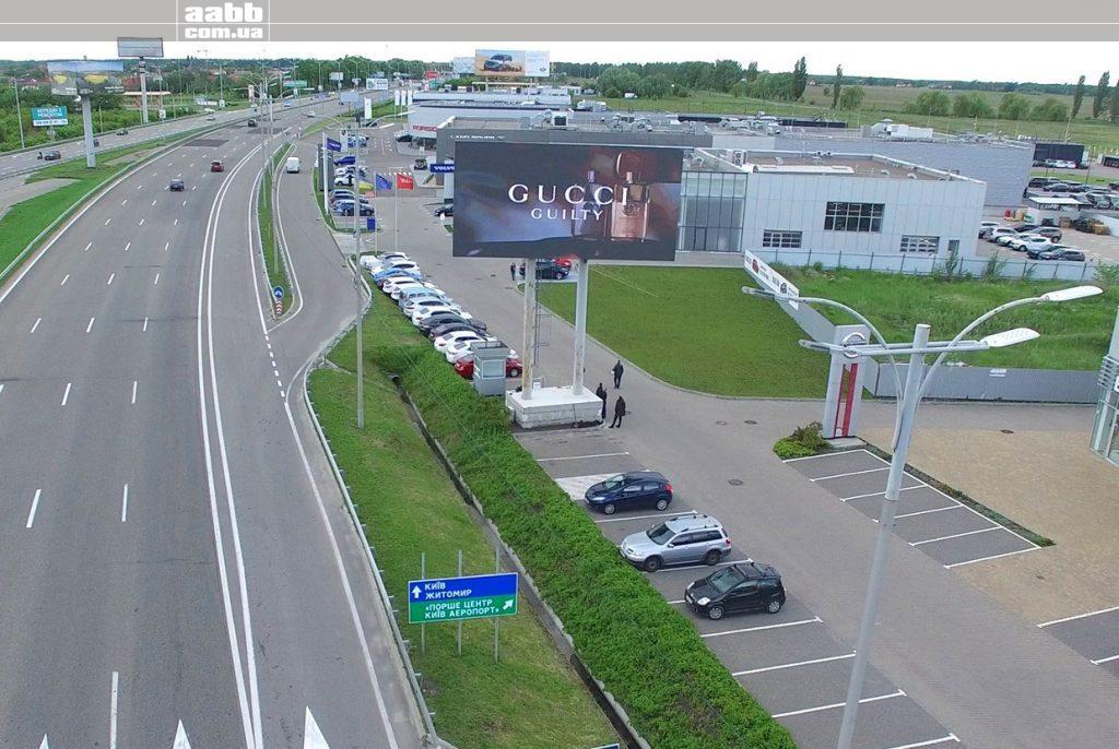 Реклама Gucci на мегаекрані Віді Бориспіль