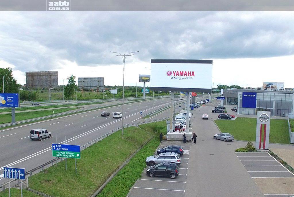Реклама Yamaha на мегаекрані Вілі Бориспіль