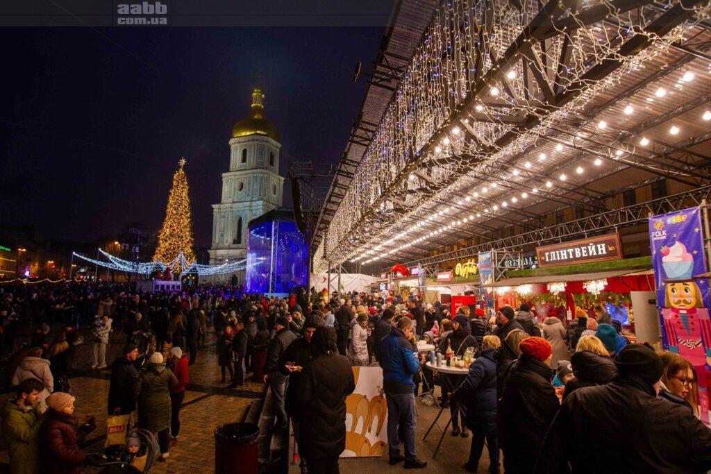 Реклама на Софійській площі 2021 Київ