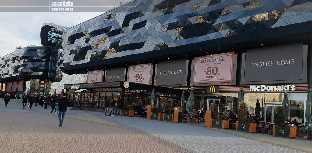 Реклама English Home на медіафасаді ТРЦ Ocean Plaza