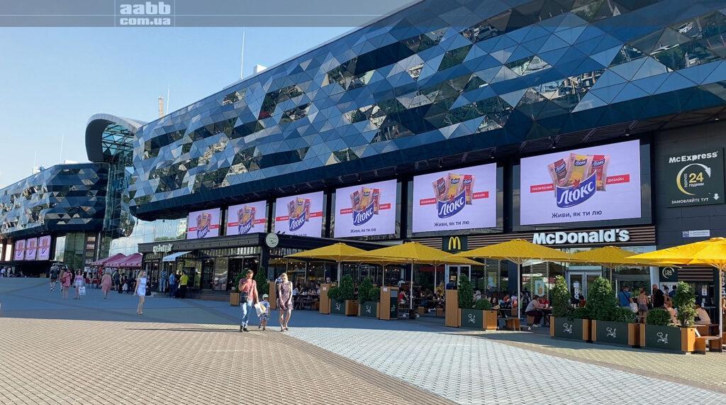 Реклама чіпсів Люкс на медіафасаді ТРЦ Ocean Plaza липень 2020