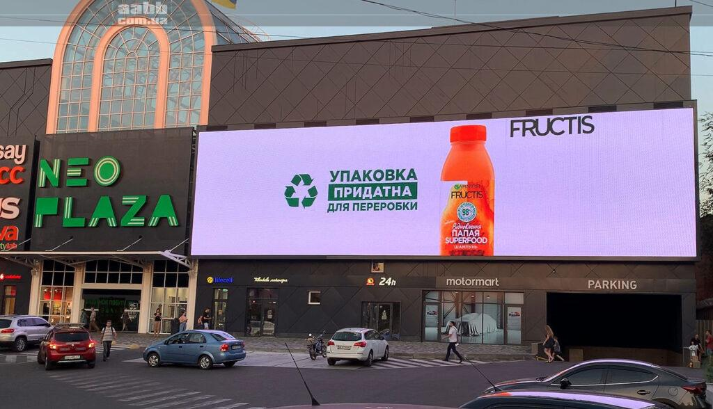 Реклама Fructis на медіафасаді ТРЦ Neo Plaza серпень 2020
