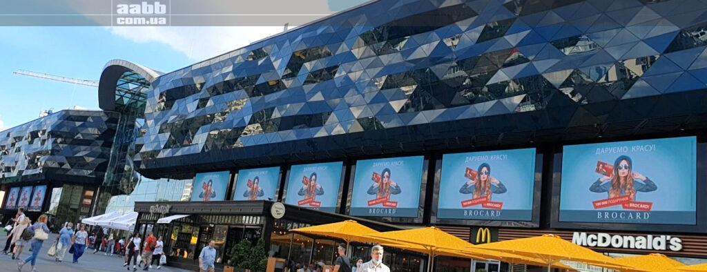 Реклама Брокард на медіафасдаі ТРЦ Ocean Plaza липень 2020