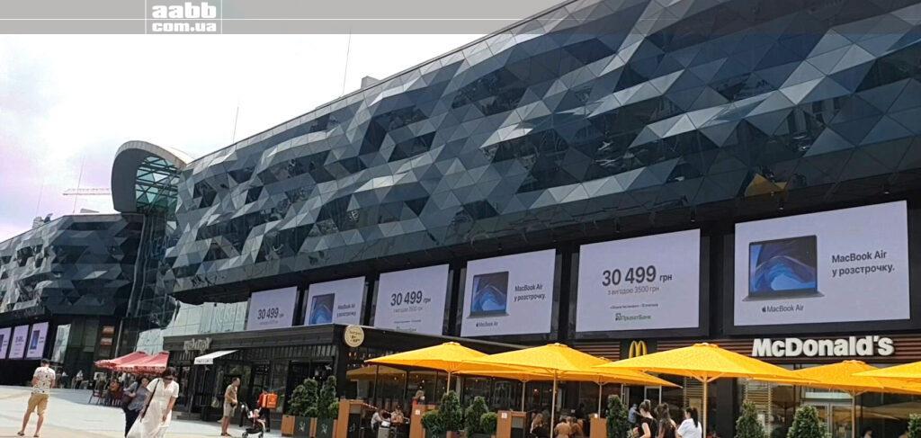 Реклама MacBook на медіафасаді ТРЦ Ocean Plaza