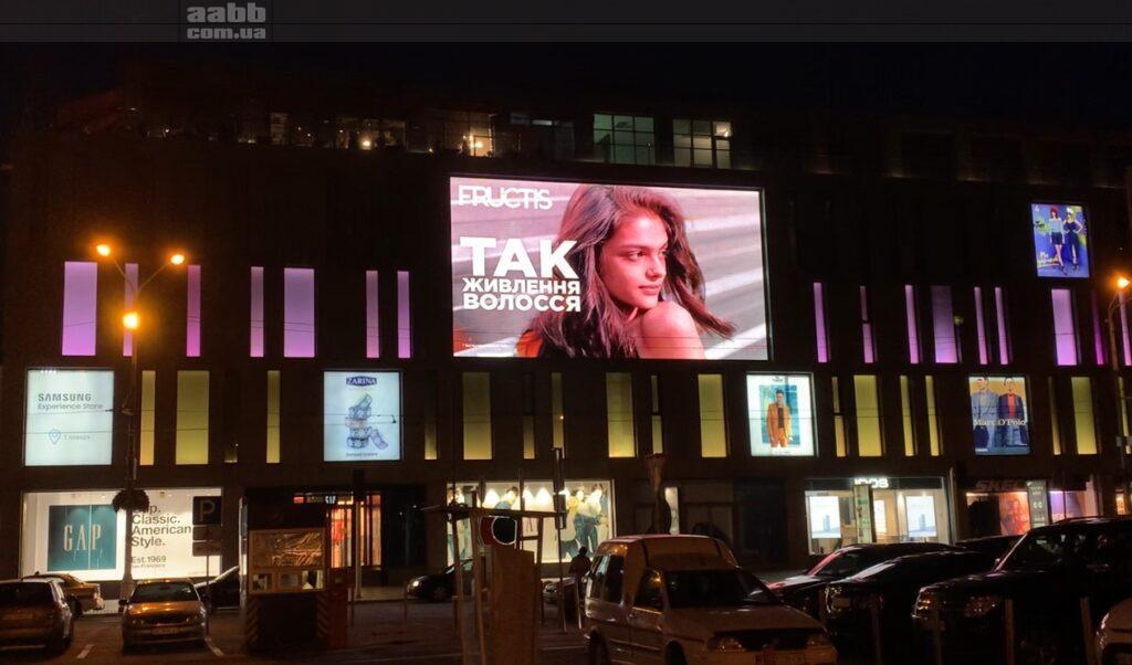 Реклама Garnier на медіафасаді ТК Пасаж серпень 2020