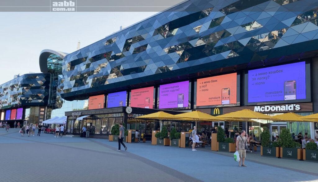 Реклама Monobank на медіафасаді ТРЦ Ocean Plaza