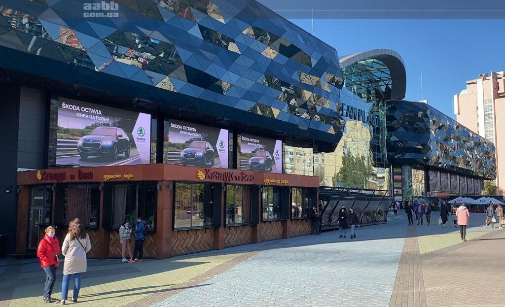 Реклама Skoda на медіафасаді ТРЦ Ocean Plaza жовтень 2020