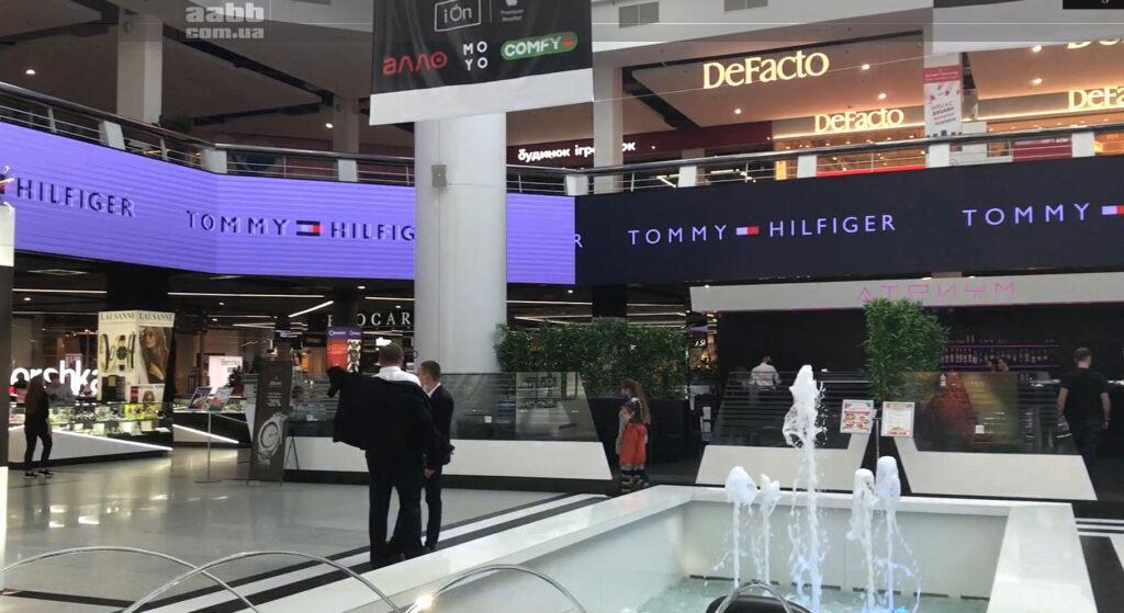 Реклама Tommy Hilfieger на внутрішньому медіафасаді ТРК Мост-сіті у жовтні 2020