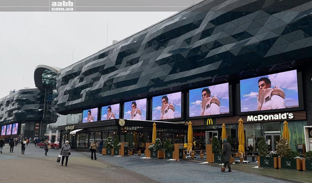 Реклама Calvin Klein на медіафасаді ТРЦ Ocean Plaza